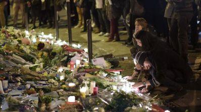 Recueillement devant un restaurant du 11e arrondissement de Paris, le 16 novembre 2015, trois jours après les attentats –  afp.com/ADRIEN MORLENT