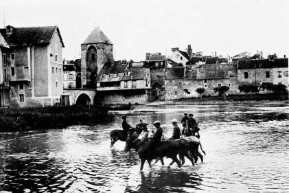 173[amolenuvolette.it]moret, garçons baignant leurs mulets dans le loing, moret, boys bathing their mules in loing,