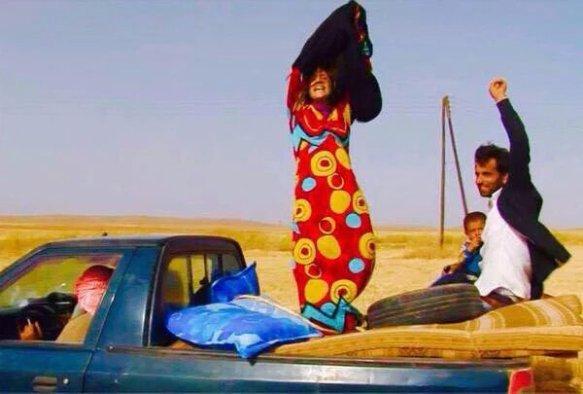 Femme ôtant sa burkha - photographie Jack Shahine de Kobane