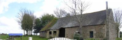 Cléguérec. Exemple de toiture - A gauche une toiture d'ardoises anciennes, à droite la couverture est plus récente.