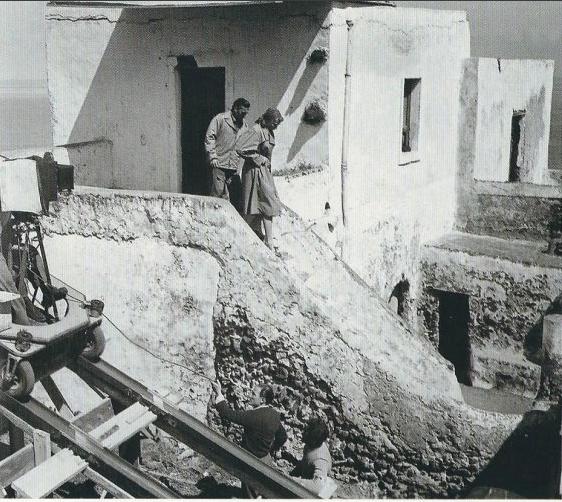 Tournage du film Stromboli Terra di Dio - Karen (Ingrid Bergman) descend l'escalier avec Antonio