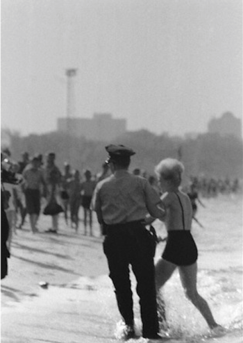 Etats-Unis, North Avenue Beach Chicago, 1964 - le mannequin Toni Lee Shelley est arrêtée pour tenue indécente -