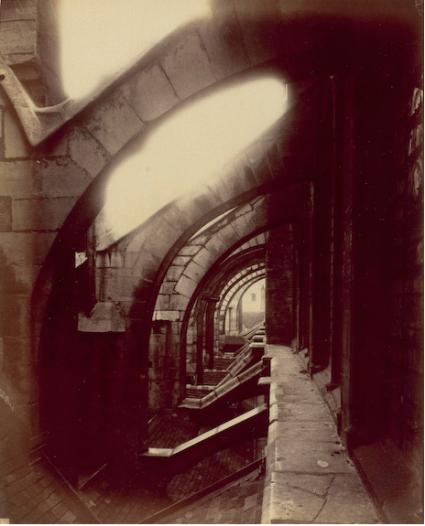 Eugène Atget - Église Saint-Séverin, vue prise sur les toits, entre 1903 et 1927 — épreuve su papier albuminé à partir d'un négatif verre au gélatino-bromure d'argent