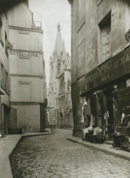 Eugène Atget - La rue des Prêtres-Saint-Séverin et l'église Saint-Séverin, en 1899.
