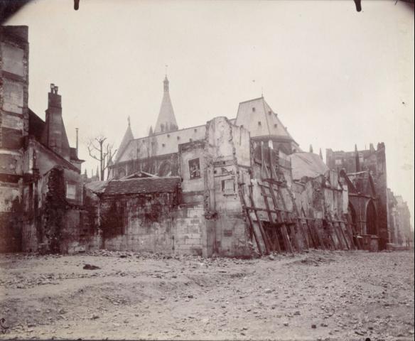 Eugène Atget - rue Saint-Jacques après la démolition des maisons longeant le cloîre de l'église Saint-Séverin à Paris, 1908