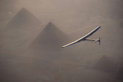 Solar-Impulse-survolant les pyramides de Guizeh - photo Jean Revillard AFP