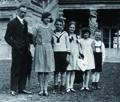 """Widerstandsgruppe """"Weisse Rose"""" Repro eines Privatfotos der Familie Scholl: von links: Vater Robert, Kinder Inge, Hans, Elisabeth, Sophie, Werner Scholl , Ludwigsburg 1930/31"""
