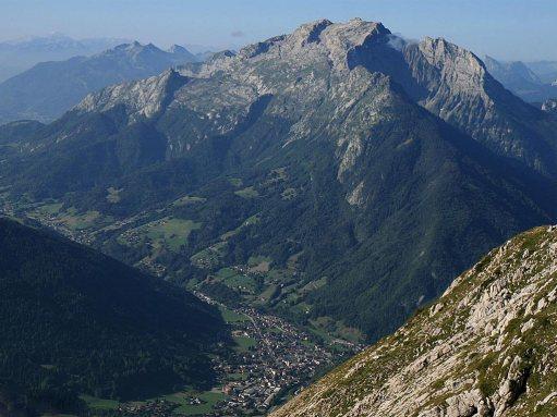 La vallée de Thônes vue depuis le mont Lachat et en arrière-plan, la Tournette 2.351 m (Wikipedia, photo R. Frenzel)