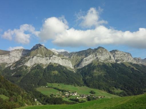 Montmin, vue du village et Pointe de la Beccaz (Wikipedia, photo S. Thébault, ept.2014).jpg