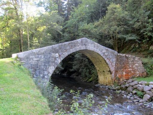 Pont historique dit Pont Romain, sur le Fier près de la village de Les Clefs (Wikipedia, photo Taricha Rivularis).jpg