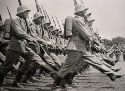 soldats-de-la-reichswehr-marchants-au-pas-de-loie