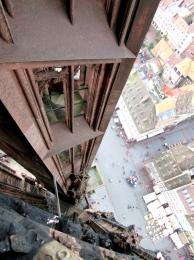 vue-plongeante-sur-la-place-depuis-le-petit-etage-de-la-haute-tour