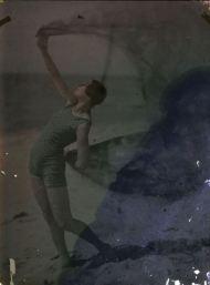 ernest-louis-lessieux-1874-1938-tatiana-en-costume-de-bain-sur-une-plage-dolc3a9ron-titre-factice-autochrome-via-alienor