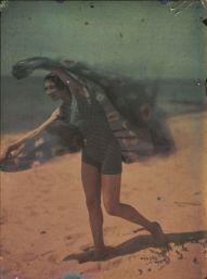 ernest-louis-lessieux-tatiana-sur-une-plage-dolc3a9ron-titre-factice-aprc3a8s-1907-autochrome-c2a9-alienor-org