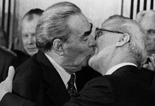 octobre 1979 à Berlin - Baiser fraternel entre Brejnev et Honecker