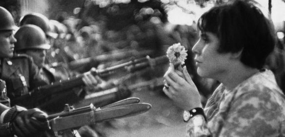 la jeune fille à la fleur – Manifestation du 21 octobre 1967 à Washington - photo Marc Riboud