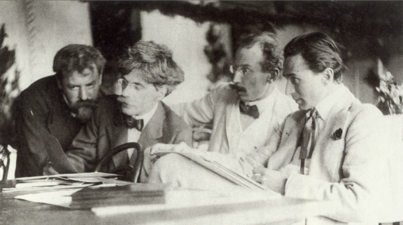 Frank Eugene, Alfred Stieglitz, Heinrich Kühn et Edward Steichen regardent une œuvre d´Eugene (vers 1907) recadrée.png