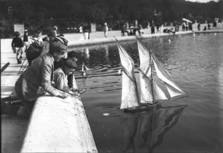 Luxembourg [des enfants jouant avec un petit bateau sur le grand bassin central (BNF).png