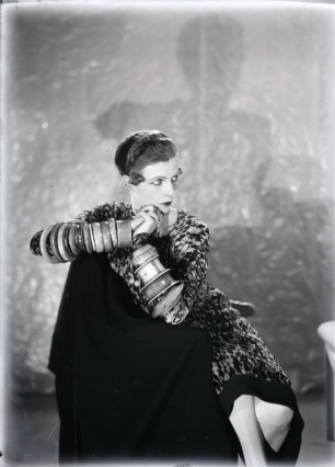 Man Ray - Nancy Cunard  aux bracelets.png