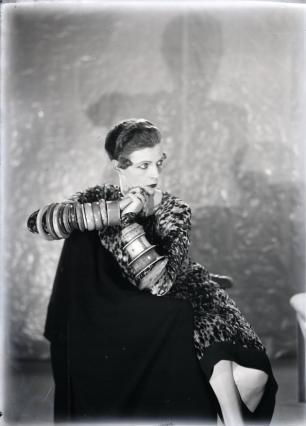 Man Ray - Nancy Cunard  aux bracelets.png