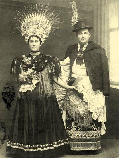 Mariés de Mezokovesd, vers 1900, Les manches du costume de marié étaient, à sa mort, découpées pour lui servir de linceul.jpg