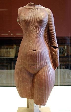 Nefertiti-corps-Louvre